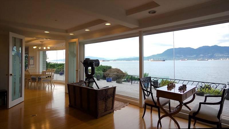 Výhodou domu jsou také velká panoramatická okna s výhledem na oceán.