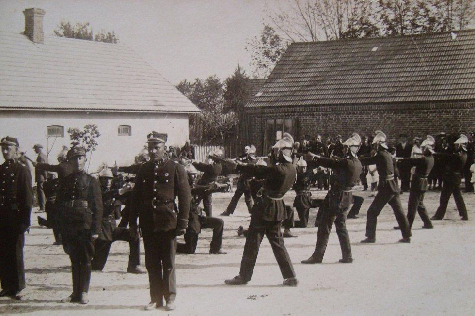 Hasiči v české obci Semiduby na Volyni v tehdejším Polsku