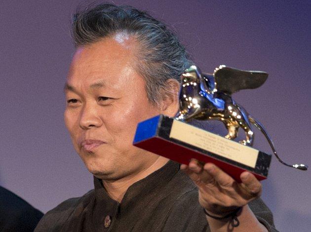 HLAVNÍ CENA. Režisér Kim Ki-duk ukazuje svého Zlatého lva za nejlepší film pro Pietu.
