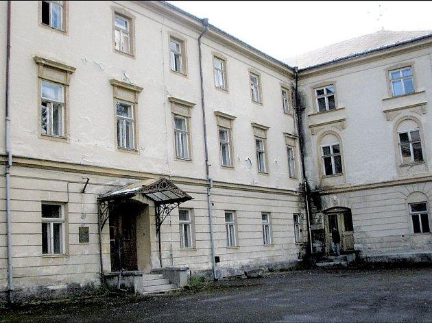 Kdysi výstavní hlavní budova Jánských Koupelí je stejně jako celý areál opuštěná a beznadějně chátrá.