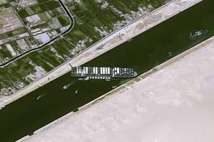 Uvízlá kontejnerová loď Ever Given v Suezském průplavu na satelitním snímku z 25. března 2021.