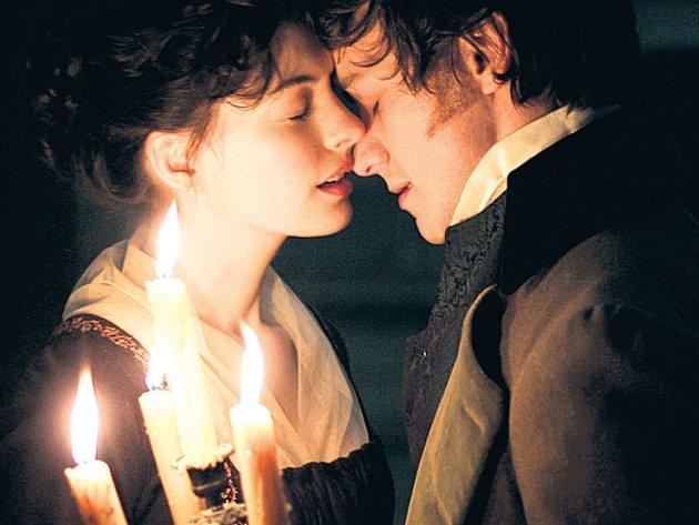 OSUDOVÁ? Musela Jane (A. Hathawayová) milovat Toma (J. McAvoy), aby mohla napsat Pýchu a předsudek? Dle filmu ano.