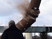 V areálu kladenské Poldi padly po odstřelu k zemi čtyři komíny, které byly součástí provozu bývalé válcovny a ocelárny.