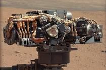 Jedno z ramen modulu Curiosity při průzkumu Marsu