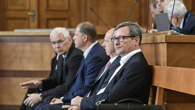 Bývalý středočeský hejtman David Rath (vpravo) sedí v jednací síni Vrchního soudu v Praze, kde 10. června 2019 začalo odvolací jednání v takzvané první větvi Rathovy kauzy.