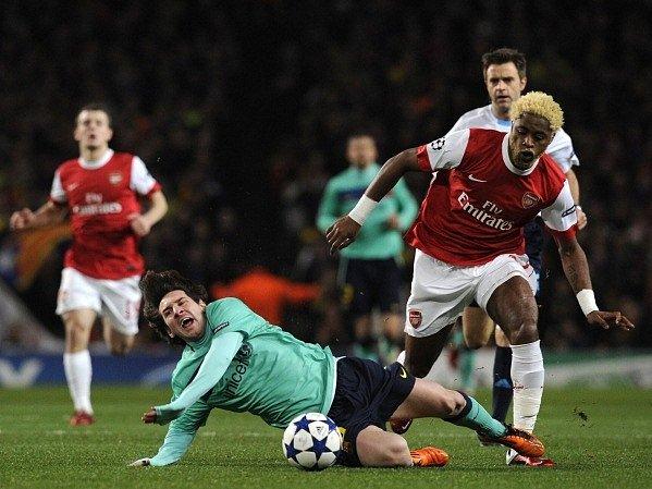 Alex Song (vpravo) v dresu Arsenalu svého nového barcelonského parťáka Lionela Messiho nešetřil.