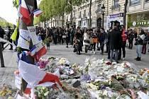 Květiny na Champs-Elyséés, kde byl před prvním kolem prezidentských voleb zastřelen pařížský policista