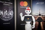 Robot Master Pepper umístěný na Terminálu 2 na letišti v Praze.