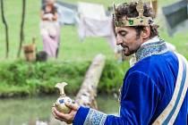 Příběh tradičních pohádkových postav (hastrmani, královský pár, pocestný, zlotřilý komoří, princezna, rybář) posunutých mimo jejich obvyklý rámec se ale autorům příliš vymkl z ruky.