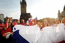 Přímý přenos čtvrtfinálového utkání mezi týmy Česka a USA na MS v ledním hokeji sledovali 11. května fanoušci na velkoplošné obrazovce na Staroměstském náměstí v Praze.