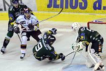 Marek Černošek se snaží prosadit přes hokejisty Kasrlových Varů v třetím semifinále play off.