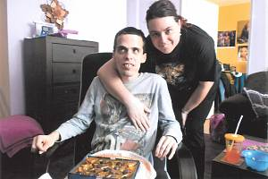 Saša (31) z Klatov, který je kvůli svému handicapu v domově pro osoby se zdravotním postižením, se svými blízkými. Teď se s nimi ale kvůli covidu takřka vůbec nevídá
