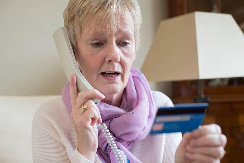 Podvodníků, kteří volají lidem na jejich telefony a vydávají se za pracovníky banky, přibývá.