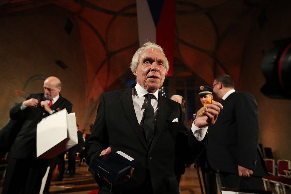 Předávání státních vyznamenání 28. října na Pražském hradě. Jan Saudek.
