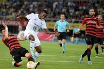 Škendija Tetovo - FK Mladá Boleslav, 28. července v makedonském Tetovu. Zleva Ardian Cuculi z Tetova a Golgol Tedros Mebrahtu z Boleslavi.