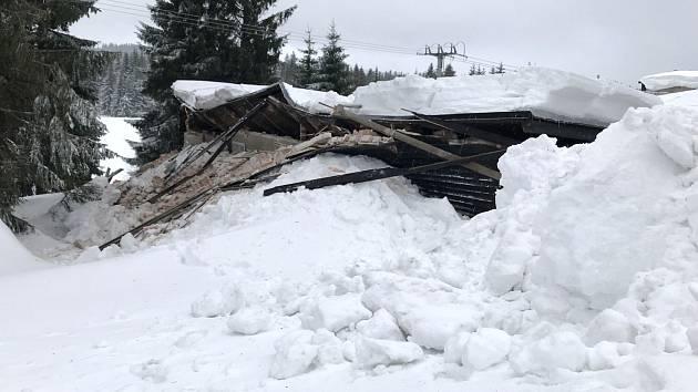 Úpravna vody u Božího Daru nevydržela tíhu sněhu