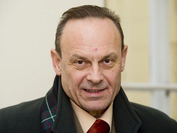 Obžalovaný Zdeněk Mezera na chodbě Městského soudu v Praze.