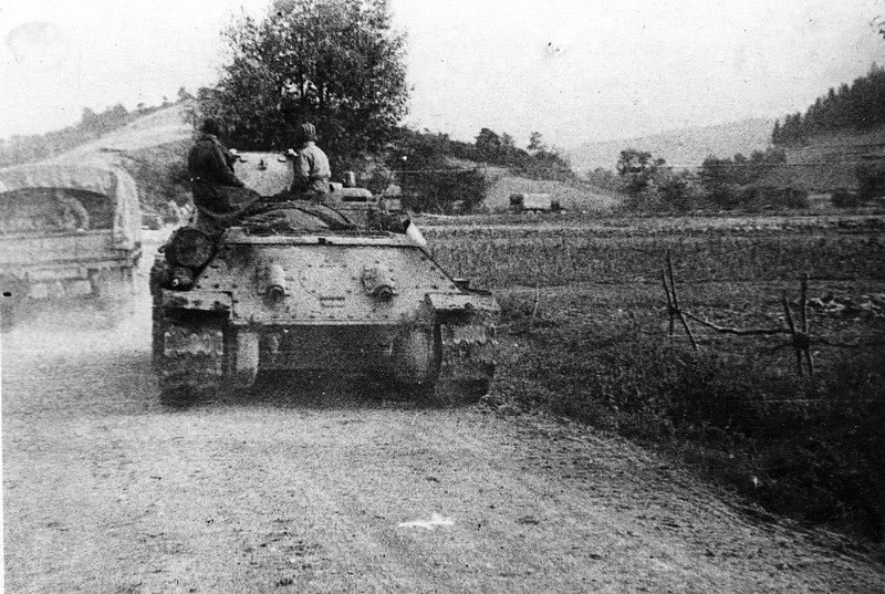 Do karpatsko-dukelské operace na pomoc povstalcům na Slovensku byl 8. září 1944 nasazen také 1. čs. armádní sbor v SSSR. Na snímku čs. tanky na přesunu k prvním karpatským hřebenům