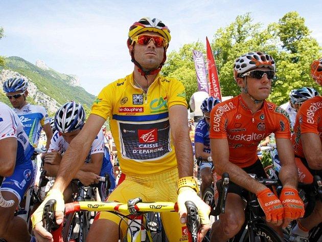 Španělský cyklista Alejandro Valverde (ve žlutém dresu pro vedoucího závodníka) před startem závěrečné etapy Dauphiné Libéré.