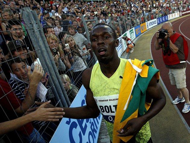 Usain Bolt se po svém vítězství na Zlaté tretře zdraví s diváky.