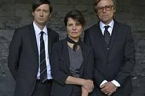KRÁSNO. Blanka (Jana Krausová) u pohřebáků (Jaroslav Plesl a Karel Roden) – těžko říct, kdo z nich je více podezřelý...