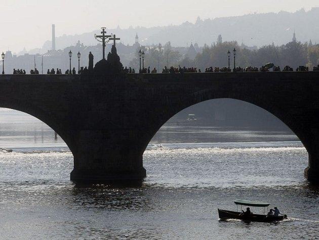 Tři pražská muzea se spojila, aby návštěvníkům plasticky představila legendy staré Prahy a jejích magických míst, třeba Karlova mostu.