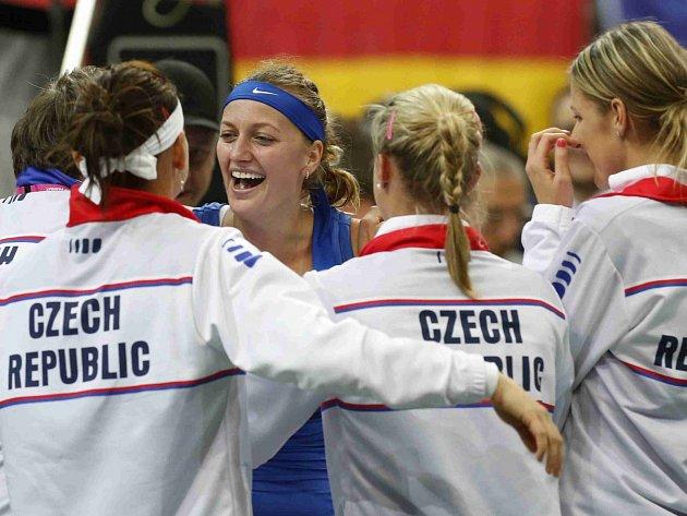 České tenistky slaví vítězství ve Fed Cupu.