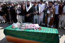 Stovky lidí dnes v Kábulu přišly na pohřeb mladé ženy, kterou ubil ve čtvrtek dav lidí, protože údajně spálila jeden výtisk koránu.