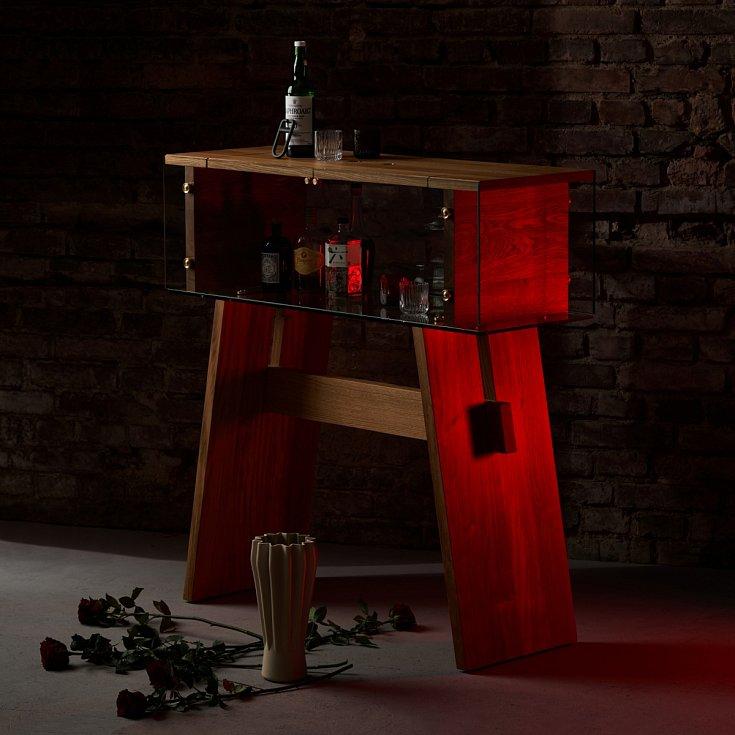 Domácí bar z masivního dubového dřeva s detaily z mosazi a skla vznikl v rámci nové značky Jakuba Pollága zeitgeist.limited.
