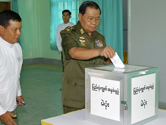 Generál Than Shwe z barmské vlády odevzdává hlas v referendu.