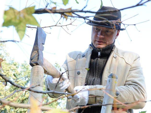 Heslem, že každý správný muž má zplodit syna, postavit dům a zasadit strom se od soboty 22. října 2011 řídí i herec Jan Budař. Splnil totiž jeden z této trojice úkolů. Zasadil strom. Odpoledne se kvůli tomu vydal do brněnského parku Lužánky.