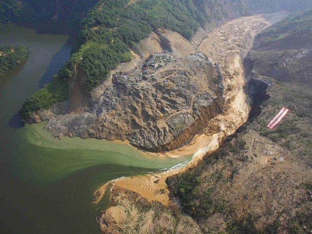 Voda se divoce valí z jezera Tchan-ťia-šan, přesto jde o řízenou operaci.