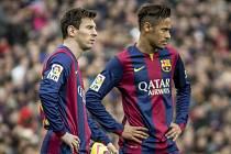 Lionel Messi (vlevo) i Neymar vyšli střelecky naprázdno a Barcelona padla s Málagou.