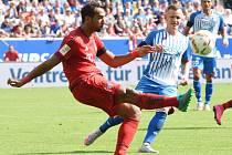 Medhi Benatia z Bayernu Mnichov (vlevo) se snaží prosadit proti Hoffenheimu.