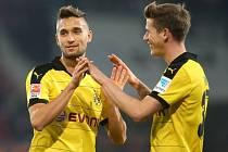 Fotbalisté Dortmundu Moritz Leitner (vlevo) a Eric Durm se radují z gólu proti Augsburgu.