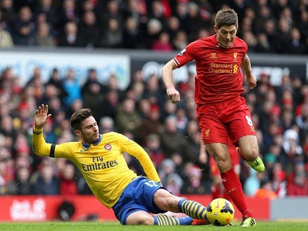 Olivier Giroud z Arsenalu (vlevo) se snaží zastavit Stevena Gerrarda z Liverpoolu.