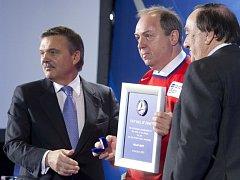 Hokejový kanonýr Milan Nový (uprostřed) byl při slavnostním ceremoniálu v Helsinkách uveden do Síně slávy Mezinárodní hokejové federace. Blahopřál mu i šéf IIHF René Fasel (vlevo).