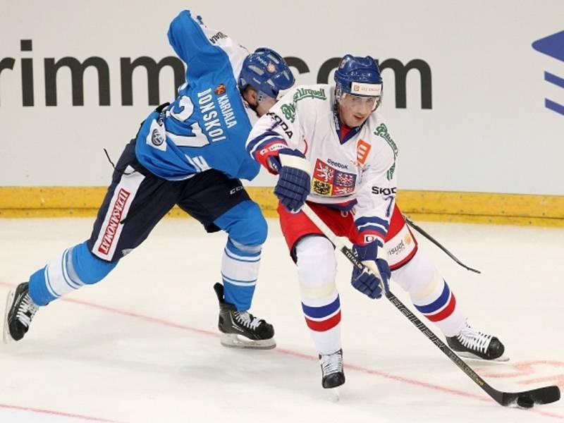 Obránce Tomáš Kaberle (vpravo) a Joonas Domskoi z Finska.
