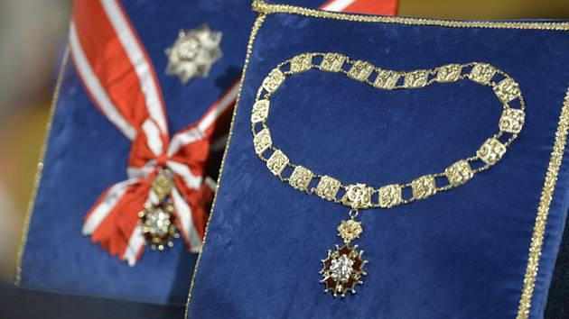 Na snímku v popředí vpravo je Řád Bílého lva, nejvyšší české státní vyznamenání