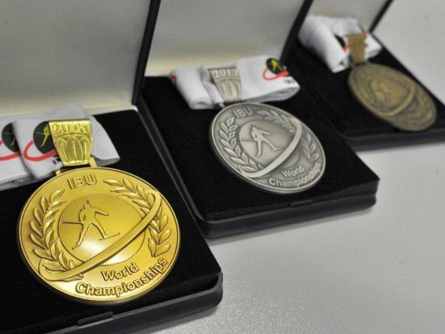 Medaile, které se budou předávat na mistrovství světa v biatlonu v Novém Městě na Moravě.