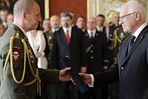Generál Milan Kovanda s prezidentem Václavem Klausem.