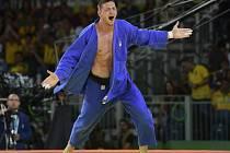 Lukáš Krpálek se raduje z olympijského zlata.