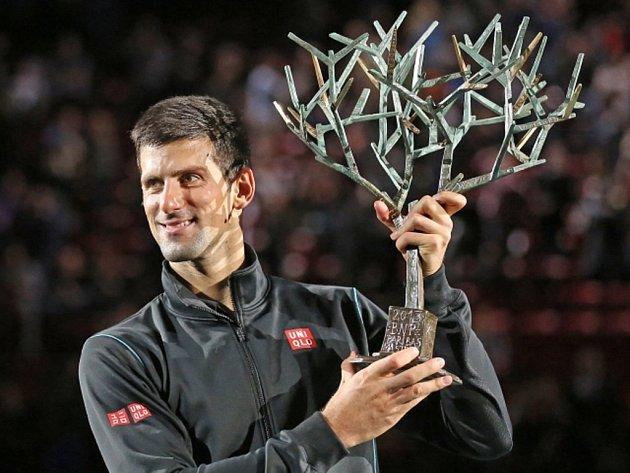 Novak Djokovič s trofejí pro vítěze turnaje Masters v Paříži.