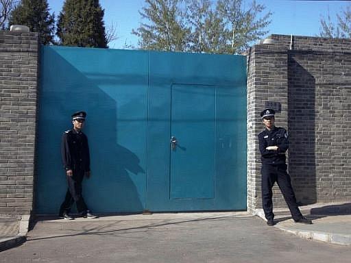 Kritika komunistické vlády Aj Wej-weje v neděli zadržela policie na letišti v Pekingu, když chtěl odletět do Hongkongu. Od té doby se po něm slehla zem, jeho telefon je vypnutý. Policie v Pekingu na dotazy o jeho osudu nereaguje, mlčí i čínské ministerstv