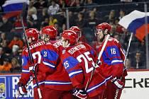 Rus Jevgenij Kuzněcov (uprostřed) se raduje se spoluhráči z gólu na mistrovství světe do dvaceti let.