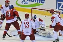 Milan Michálek (v červeném) střílí gól proti Dánsku.