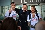 Čeští basketbalisté před odletem do Tokia.