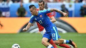 Marek Hamšík ze Slovenska (vlevo) a Gareth Bale z Walesu.