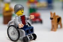 Lego uvádí na trh svou první figurku na invalidním vozíku.