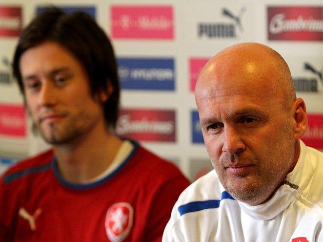 Trenér české reprezentace Michal Bílek (vpravo) a Tomáš Rosický na tiskové konferenci před zápasem s Dánskem.